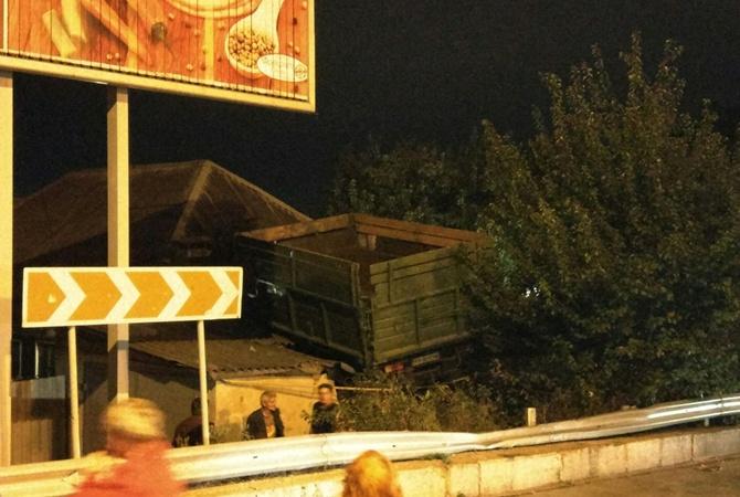 Фургон вылетел накрышу дома— Авария наЖуковского