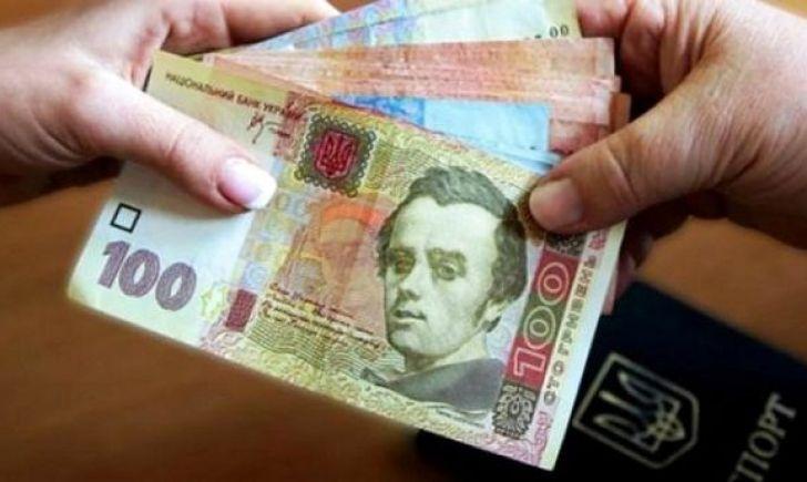 Кабмин: Переселенцы смогут получить соцвыплаты ипенсии влюбом банке Украинского государства
