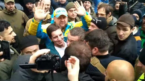 ВКиеве избили Шкиряка скриками «Наконец-то мыдотебя добрались!»
